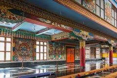 Sida av Vihara på Namdroling den buddistiska kloster, Coorg Royaltyfri Bild