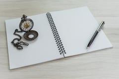 Sida för öppning för anmärkningsbok vit tom med penna och tappning fick- w royaltyfri bild