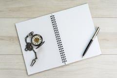 Sida för öppning för anmärkningsbok vit tom med penna och tappning fick- w arkivfoton