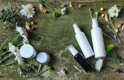 Sida för land för bakgrund för kosmetiska för behållarekrussprej för utmatare blommor för gräsplan vit gammal trä arkivfoton