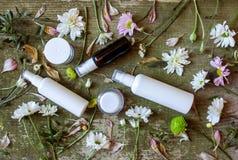 Sida för land för bakgrund för kosmetiska för behållarekrussprej för utmatare blommor för gräsplan vit gammal trä royaltyfri foto