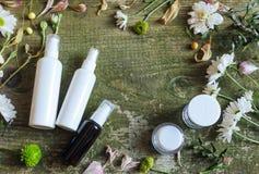 Sida för land för bakgrund för kosmetiska för behållarekrussprej för utmatare blommor för gräsplan vit gammal trä royaltyfri fotografi