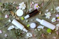 Sida för land för bakgrund för kosmetiska för behållarekrussprej för utmatare blommor för gräsplan vit gammal trä arkivfoto