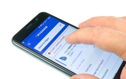 Sida för Ryanair flygannulleringar på smartphonen app Arkivbild