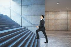 Sida för trappa för affärsmanklättringframgång Arkivbilder