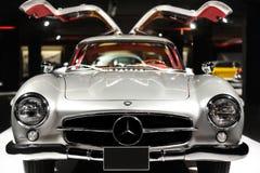 Sida f?r lyxig bil f?r Mercedes-Benz 300 SL Gullwing tappning bakre p? bilutst?llning fotografering för bildbyråer