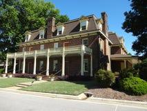 Sida-fotgängare konster och historiemitt i Cary, North Carolina Arkivfoto