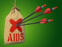 SIDA - Setas batidas em Mark Target vermelho Fotos de Stock