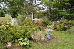 Sida-sikt av hörnträdgården i nedgång Arkivbilder