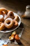 Sida som är nära upp på en grupp av nya hemlagade donuts med socker och det mörka träbakgrundsgolvet royaltyfri fotografi
