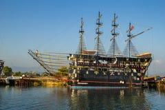 SIDA TURKIET - AUGUSTI 15, 2017: Turist- skepp på den Manavgat floden i sida i Turkiet arkivfoto