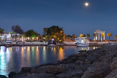 Sida Turkiet - forntida medelhavs- kuststadshamn i aftonen 28 SEPTEMBER 201 Arkivfoto