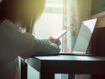 Sidan av affären woman30s till 40-tal med den vita skjortan använder henne som är smar Fotografering för Bildbyråer