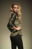 Sidan av en sexig blond kvinna i läder flåsar att posera Arkivfoton