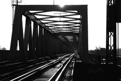 Järnvägen överbryggar arkivbild