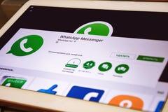 Sidan för att nedladda den WhatsApp applikationen öppnas på minnestavlaskärmen Royaltyfria Bilder