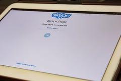 Sidan för att skriva in den fria Skype applikationen öppnas på minnestavlaskärmen Arkivbild