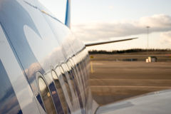 Sidan för flygbuss 330 sköt med förklädet och himmel i bakgrunden Arkivbilder