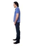 Sidan poserar av den smarta unga mannen, studioskott Arkivbild
