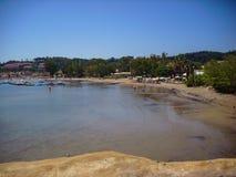 Sidari,科孚岛,希腊- 2013年6月08日:游人获得乐趣在科孚岛- Kerkyra海岛上的Sidari海滩 免版税库存照片