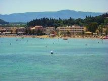 Sidari,科孚岛,希腊- 2013年6月08日:游人获得乐趣在科孚岛- Kerkyra海岛上的Sidari海滩 库存图片