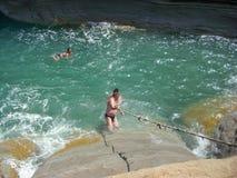 Sidari,科孚岛,希腊- 2013年6月08日:游人获得乐趣在运河d在科孚岛- Kerkyra海岛上的`私通- Sidari海滩 免版税库存图片