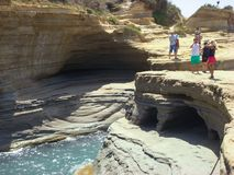 Sidari,科孚岛,希腊- 2013年6月08日:游人获得乐趣在运河d在科孚岛- Kerkyra海岛上的`私通- Sidari海滩 免版税图库摄影