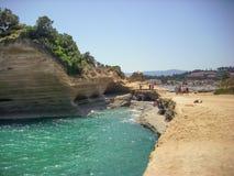 Sidari,科孚岛,希腊- 2013年6月08日:游人获得乐趣在运河d在科孚岛- Kerkyra海岛上的`私通- Sidari海滩 库存图片