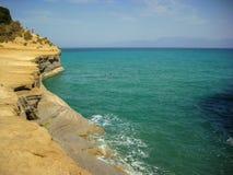 Sidari, Corfu Grecja, Czerwiec, - 08 2013: Turyści ma zabawę przy Kanałowym d ` amour na Sidari plaża Corfu, Kerkyra wyspie - Zdjęcia Stock