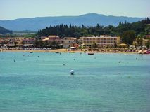Sidari, Corfu Grecja, Czerwiec, - 08 2013: Turyści ma zabawę przy Sidari plażą na Corfu, Kerkyra wyspie - Obrazy Stock