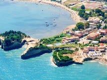 Sidari Korfu, Grekland, flyg- sikt av stranden och klippor Royaltyfria Bilder