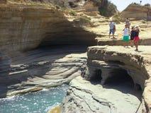 Sidari Korfu, Grekland - Juni 08 2013: Turister som har gyckel på `-kärleksaffär för kanal D på den Korfu - Kerkyra ön - Sidari s royaltyfri fotografi