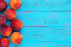 Side border of ripe juicy red peaches Royalty Free Stock Photos