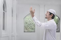 Side view of asian muslim man with traditional dress pray Royalty Free Stock Photos