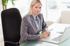 Side view of businesswoman doing her accounting Royalty Free Stock Photography