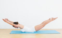 Side view of a woman exercising on mat Royalty Free Stock Photos