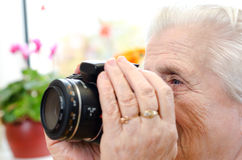 Side view of a woman photographer Royalty Free Stock Photos