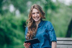 Side view of a young woman using  tablet computer Royalty Free Stock Photos
