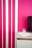 Sideboard с ТВ и красной striped стеной Стоковая Фотография