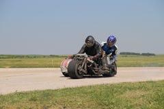 Sidecar solo della motocicletta alla svolta a sinistra sulla pista Immagini Stock