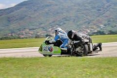 Sidecar solo della motocicletta alla svolta a sinistra sulla pista Fotografia Stock Libera da Diritti