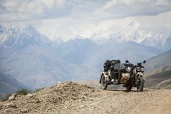 Sidecarridning i bergen royaltyfri foto