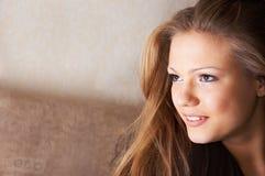 Sidelong flüchtiger Blick mit Lächeln Stockfoto