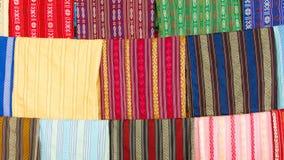 Siden- halsdukar på skärm i en siden- fabrik Royaltyfri Fotografi