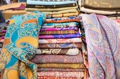 Siden- pashminascarves eller sjalar som är till salu på bönder, marknadsför royaltyfria bilder