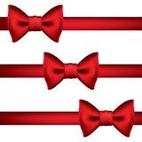 Siden- rött band med en pilbåge Royaltyfri Foto