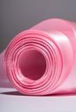 Siden- rosa band för härva, närbild, makro på en grå färg Arkivbilder
