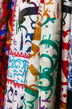 Siden- sjalar som hänger på gatamarknaden Royaltyfri Fotografi