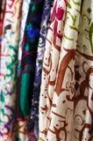 Siden- sjaletter som hänger på gatamarknaden Arkivfoton
