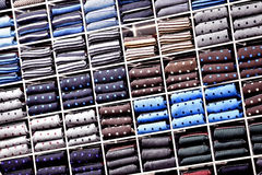 Siden- slipsar på hyllor i ett lager Arkivbild